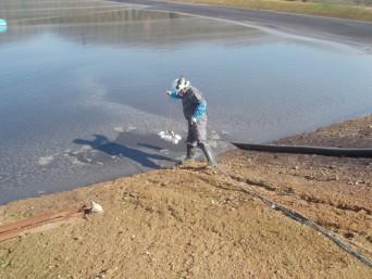 hombre testea agua en lago