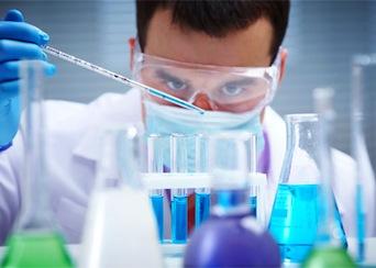 hombre en laboratorio