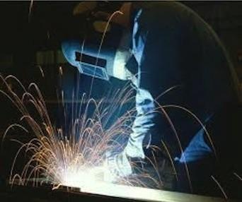 técnico metalmecánico trabajando