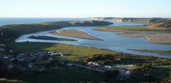 desembocadura de río al mar