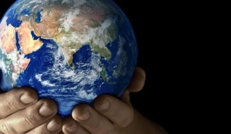planeta en las manos