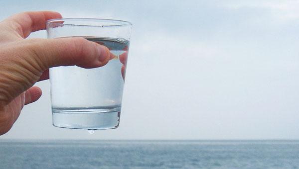 vaso con agua cristalina